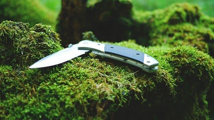 Hunting knives don't just have to be just functional—they can be very classy pieces of hunting gear, as well. #tactical #survival #military#offthegrid #touchoftactical @touch.of.tactical