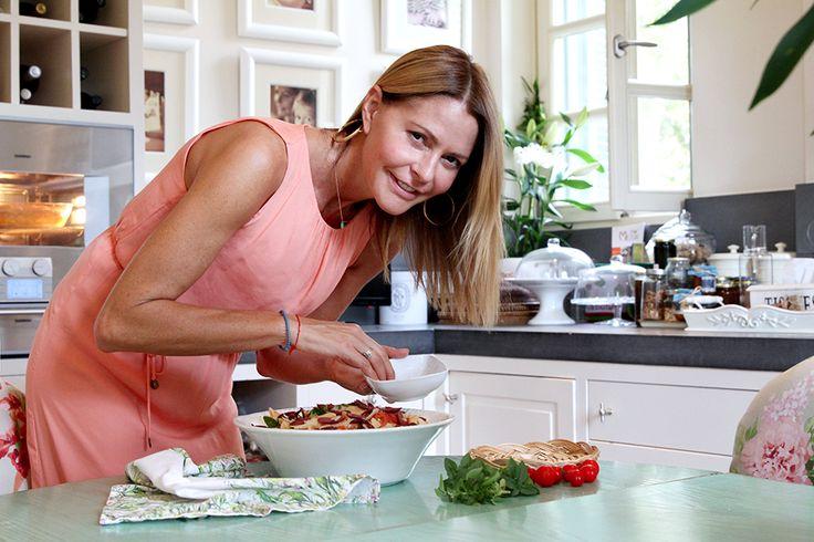 Η συνταγή της Τζένης για πένες με φρέσκια ντομάτα και ελιές Αυτές οι πένες είναι οι αγαπημένες μας και ο λόγος είναι απλός: Είναι πεντανόστιμες!