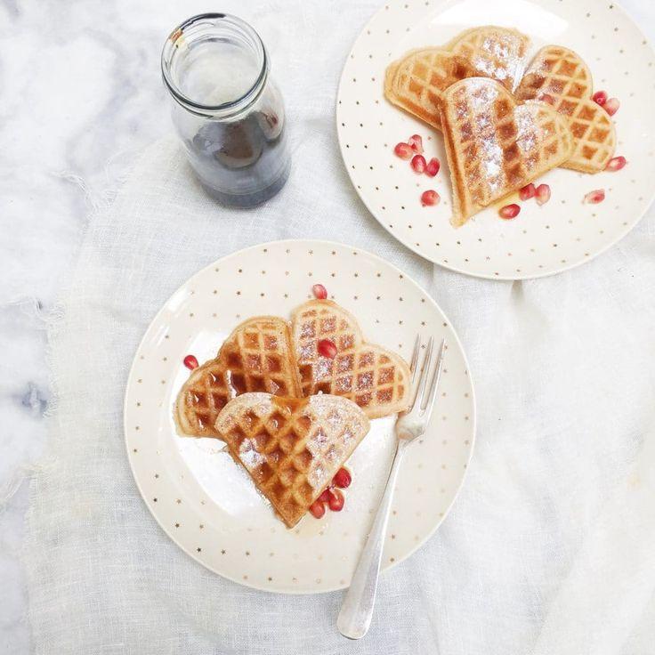 Heerlijk wafel recept van hotel Blooming in Bergen. Het geheim van goede wafels zijn….. . Ook wafels maken? Deze kerstwafels ideaal voor kerst ontbijt. Kids.