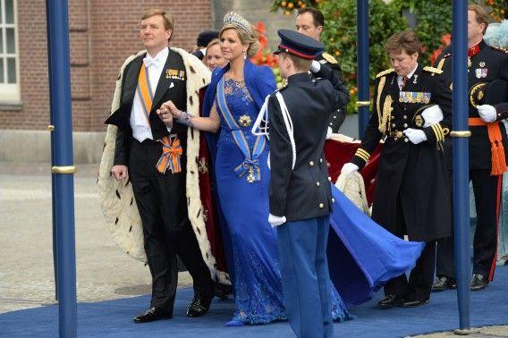 Koning Willem-Alexander in zijn hermelijnen mantel en Koningin Máxima in haar jurk van Jan Taminiau.