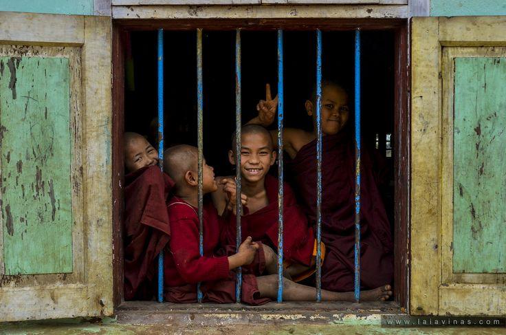 Escola budista.. en algún punt de Myanmar, a on el turisme en massa encara no hi ha arribat. I com que vui que segueixi sent aixi, a partir d'ara no situaré en el mapa les fotografíes, simplement diré en quin païs han estat presses. # cambiem la manera de veure el mon #someplaceofmyanmar