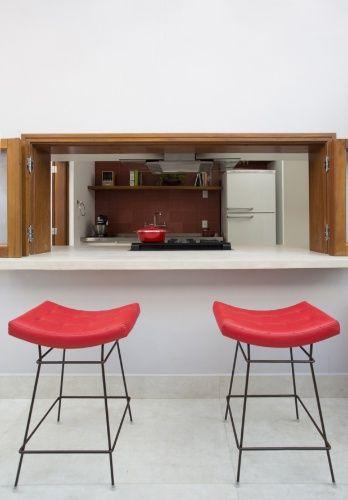 DEPOIS - Da cozinha para o corredor gourmet há janelas pantográficas (Cedro Arana) que também funcionam como passa-pratos ou bancada para pequenas refeições