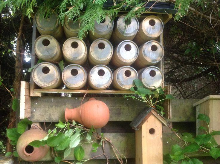 Vogelhuisjes van houten wijndozen met aan weerszijden een invlieg gat