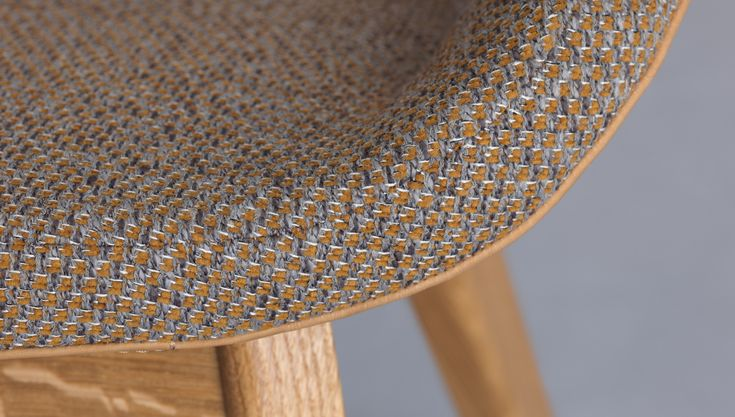 The dining chair MORPH DINING is suitable for spacious, luxurious room situations.