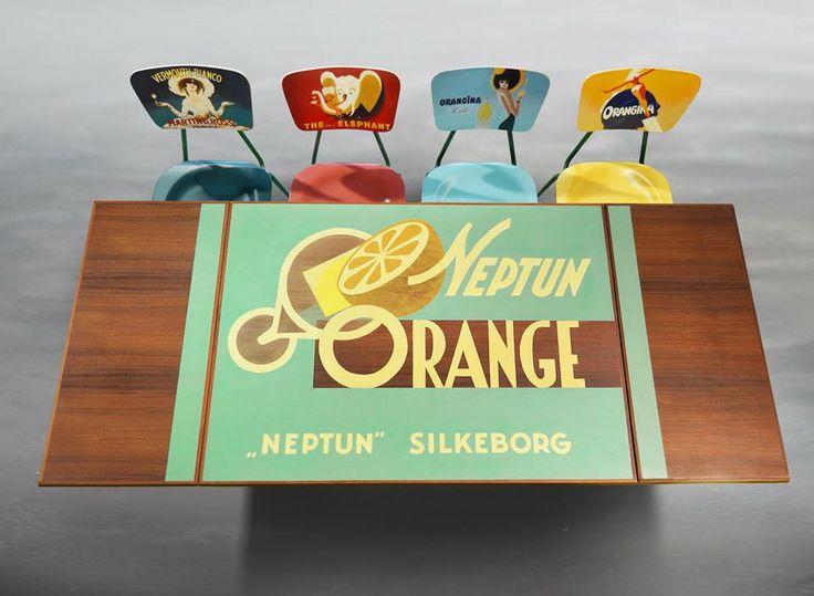 Teak table with handpainted vintagelabel. Teak schoolchairs with vintage adds