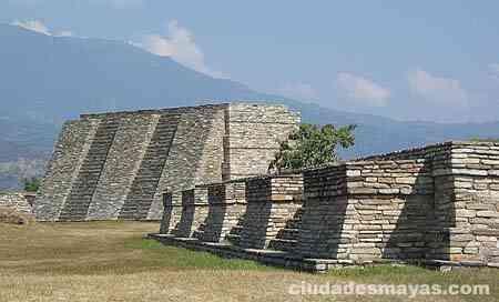 Ciudades Mayas en Guatemala - MIxco Viejo  Esta ciudad maya fue la antigua capital de los poqoman, con estilos que difieren de las ciudades del norte como Petén  Cuenta con dos campos de juego de pelota y una muralla de piedra que rodea al conjunto, la cual fue erigida como defensa adicional contra posibles ataques, lo cual hizo sumamente dificil la conquista de la ciudad por parte de Pedro de Alvarado y sus tropas. Finalmente Mixco Viejo sucumbió ante el poderío español y la ciudad fue…