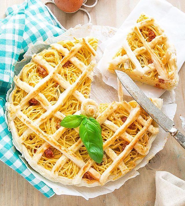 """Una crostata buonissima 😬😱perfetta per riciclare gli avanzi del frigo 🐷o per un picnic all'aria aperta 🥗cosa aspettate? La ricetta la trovate sul blog cercando """"crostata di pasta"""" 🤤👌🏻💪🏻. http://www.angelinaincucina.com/crostata-di-tagliolini-con-gorgonzola-e-chorizo/"""
