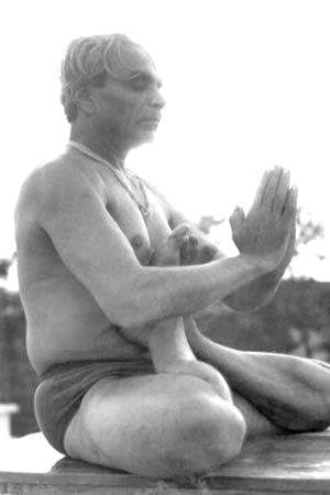 1960s: BKS Iyenagr practicing yoga .... #VintageYoga #BKSIyengar #IyengarYoga #YogaAsana #Asana #YogaHistory #YogaGuru #1960s