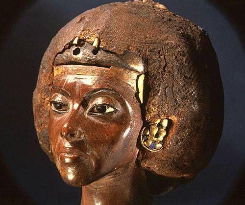 TIY-ritratto naturalistico della madre di Akhenaton in ebano con dettagli in oro e pietre preziose, autore Thutmose, Nuovo Regno, ritrovato ad Amarna, conservato al museo nazionale di Berlino