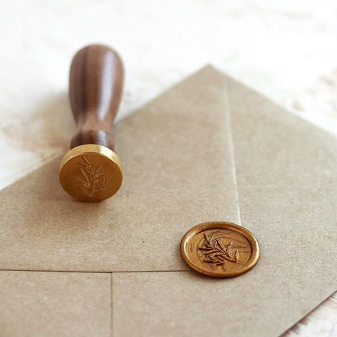 © PAPIRA invitatii de nunta personalizate // Can't go wrong with a simple botanical wax seal design. Our kraft envelope sure loves it. // #papiradesign #papirainvitations #invitatiidenunta #invitatiinunta #weddinginvitations
