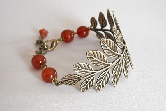 This beautiful leaf bracelet will make you day! A special antique brass leaf very detailed will fir your wrist perfect.