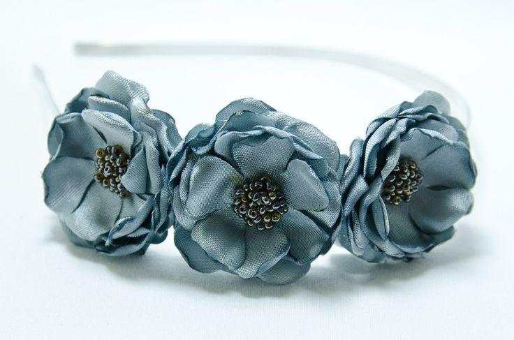 Čelenka stříbrné květy Originální čelenka s ručně vyrobeným saténovými stříbrnými kvítky Doplněný perličkami a korálky. Velikost květu: š.4cm x 3ks Kovová čelenka stříbrnébarvy ,šíře 0,5cm. Na přání je možná čelenka ve stříbrné barvě nebo plastová.Stačí napsat do zprávy. Květiny jsou více na straně čelenky (nad uchem) Pro pohodlnější nošení ...