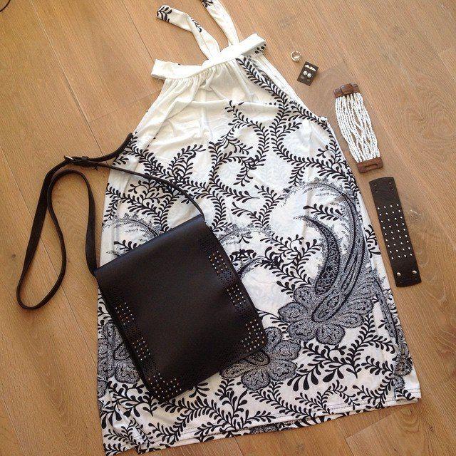 Black & white! Ibiza, boho jurk in A-lijn, zwarte leren tas met studs, handmade witte kralen armband, zilveren oorbellen met zoetwaterparel & zwarte leren armband! #gypsy #tas #bag #jewelry #fabstyle #zomer #summer #strand #stoer #armband #hippie #handmade #ibiza #boho #tas #bohème #jurk #leer #love #oorbellen #zoetwaterparel #zilver