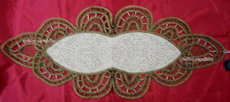 Μικρό εργόχειρο σταμπωμένο με το χέρι με σχέδιο παραδοσιακό, που θα κεντήσετε στευροβελονιά.Μονταρισμένο με πολύ τέχνη στην δαντέλα.Γύρω δημιουργήσαμε δαντέλα στο χρώμα του χαλκού,που να δένει με το σχήμα του καμβά.Τιμή 55 ευρώ.by giouli maraveli