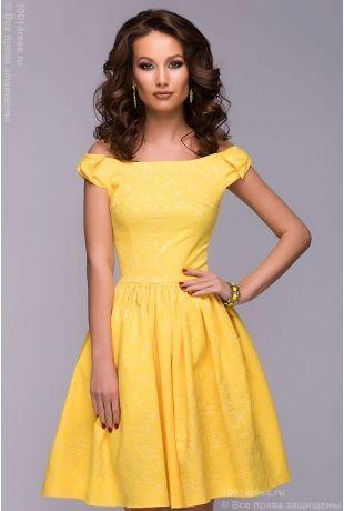 Короткое желтое платье с бантиками на плечах
