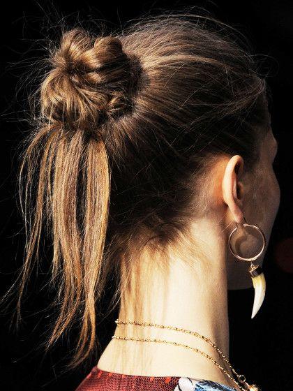 Messy Bun. Einfach die Haare zu einem Dutt zusammen nehmen und zum Schluss einige Enden aus dem Dutt lockern und herausziehen.