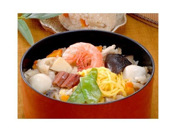 どどめせ どどめせは、ふつうのちらし寿司で使う椎茸・さやえんどう・かんぴょう・錦糸たまごのほかに、炊き込みご飯で使用する里芋・タケノコ・ごぼう・にんじん・鳥肉・ちくわが入っています。  味付けは、ちらし寿司で使う合わせ酢のほか、日本酒と当店特製の天然だしで行っています。なお、米は、地元産の寿司米に最適なアケボノ米を100%使用しています。 このように、ひとつの料理の中に、たくさんの種類の品目を使っており、栄養バランスも優れた食品になっています。お子様からお年寄りまで、安心してお召し上がりいただけます。炊き込みご飯に酢を混ぜた炊き込みずしで、岡山ばら寿司の元祖