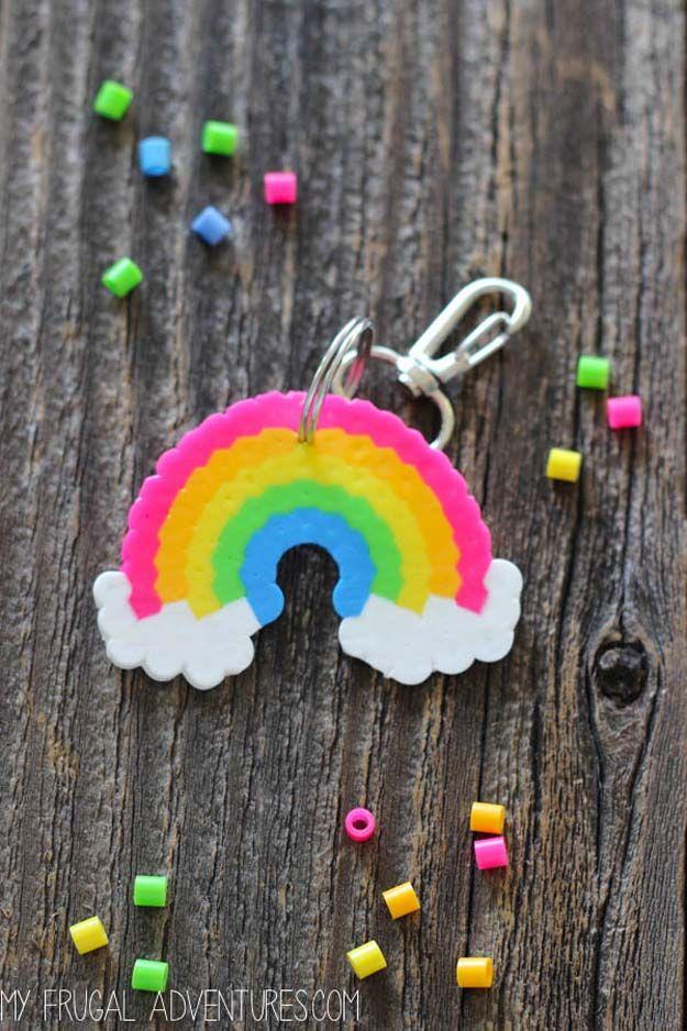 Mejor DIY del arco iris manualidades ideas - Rainbow Perler Bead llavero - Diversión proyectos de bricolaje con los arco iris hacer sitio fresco y decoración de la pared, Parte y ideas de regalo, ropa, joyas y accesorios para el cabello - Ideas impresionantes y paso a paso tutoriales para adolescentes y adultos, niñas y tweens http://diyprojectsforteens.com/diy-projects-with-rainbows~~number=plural