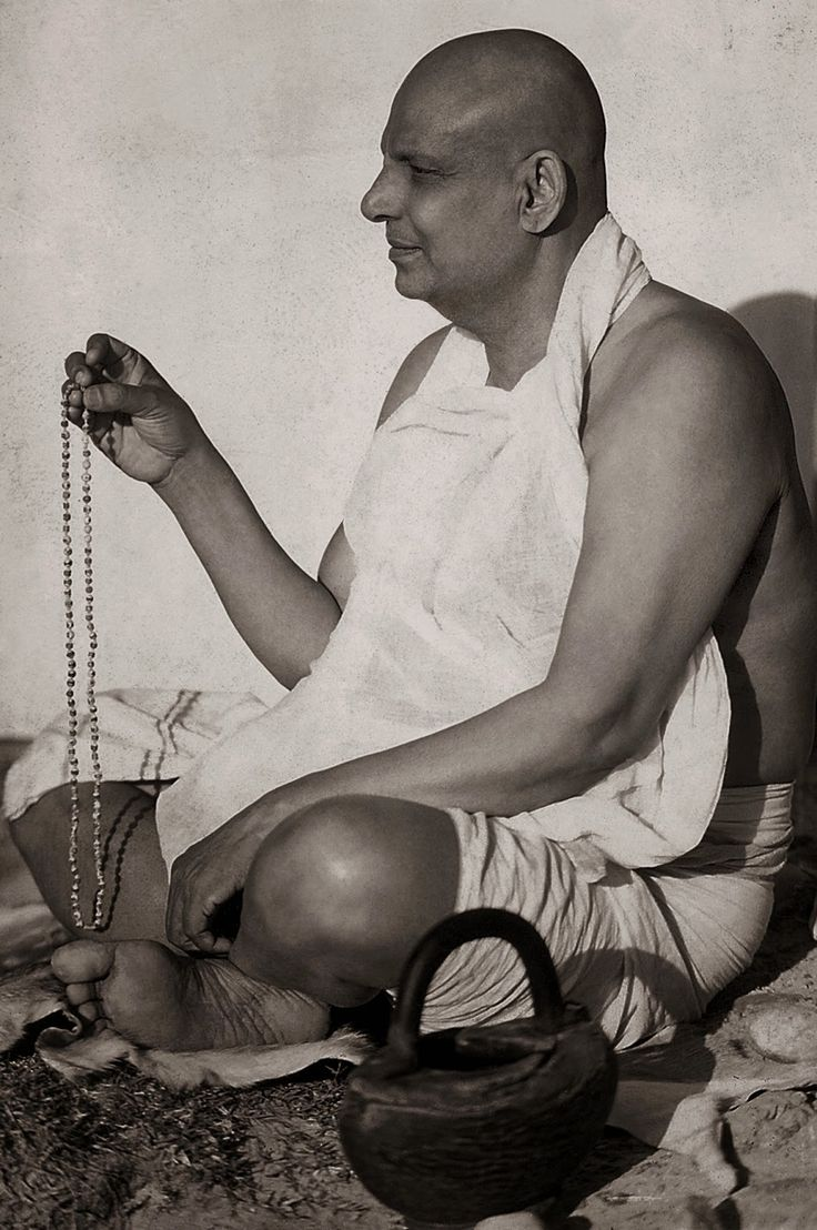Swami Sivananda haciendo Japa.