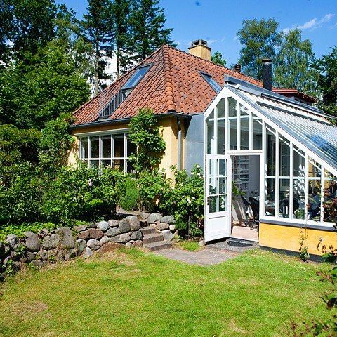 Jette always dreamed of having her own greenhouse. And when she bought the house in Søllerød she realized her dream. Jette's greenhouse is inspired by the winery at Sofiero in Helsingborg. #greenhouse #jettesgarden #garden #gardening #roses #gardenvisits #gardendesign #jettefrölich #jettefroelich #jettefrölichdesign #jettefroelichdesign #danishdesign #scandinaviandesign #interiordesign #homedecor #gardendecor