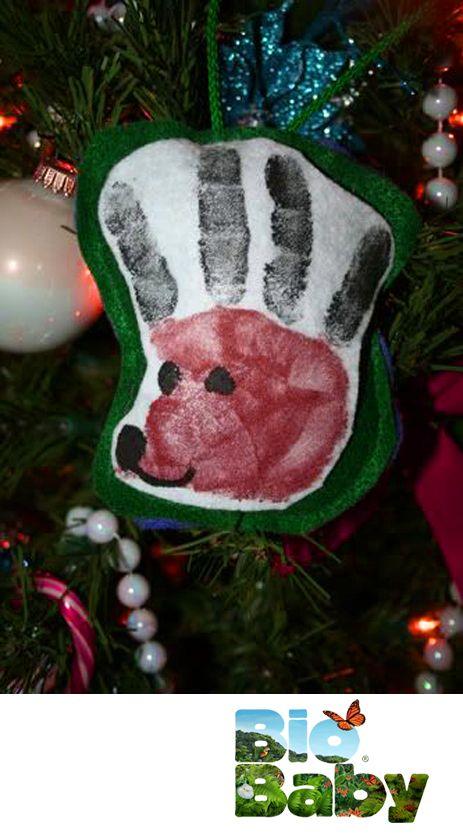 Haz que tu peque deje la huella de su palma en un pedazo de tela y luego añádele unos detalles con plumón para crear un bonito reno.