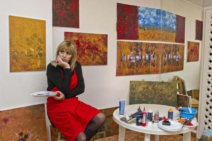 """Un nuovo amore per Alessandra Mussolini. Si tratta della pittura, una passione nata come una nuova esigenza di espressione. """"Io - dice Alessandra Mussolini in un'intervista all'agenzia Ansa - invece delle sedute analitiche o di farmi venire l'herpes, ho scelto le tele"""". L'Eurodeputata di F"""