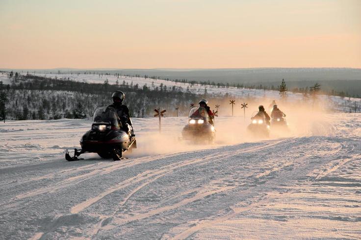 Avontuur staat centraal tijdens deze reis: sneeuwscootersafari, husky- en rendiersafari, een sneeuwschoenwandeling op zoek naar het Noorderlicht, langlaufen en ijsvissen. Bovendien overnacht je eenmaal in een heuse iglo! Bij deze reis zijn de heen- en terugvlucht inbegrepen en kun je de hele week gratis thermokleding gebruiken. Het vervoer van je skimateriaal kan gratis mee aan boord en je kunt gratis parkeren op Schiphol.