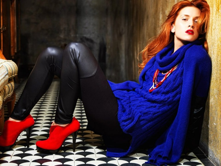 Elastic leggings with pu synthesis from the hips and down, blue wool long sweater and red pumps.