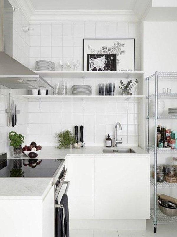 Cocina con estantería abierta