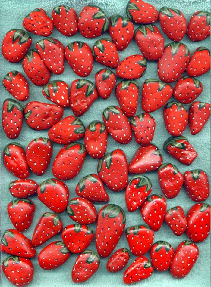 Erdbeeren Steine selbst gestalten, mit roter Acrylfarbe bemalen, schöne Deko f