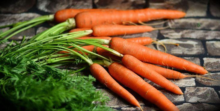 Karottensalat - gesund und einfach. Dieses klassische Salatrezept ist beliebig erweiterbar und kann nach Lust und Laune variiert werden. Das Basisrezept kommt mit Karotten, einem Apfel und etwas Zitrone aus. Es kann z.B. mit Mandarinen erweitert werden. Die Zubereitung geht schnell und einfach von der Hand.