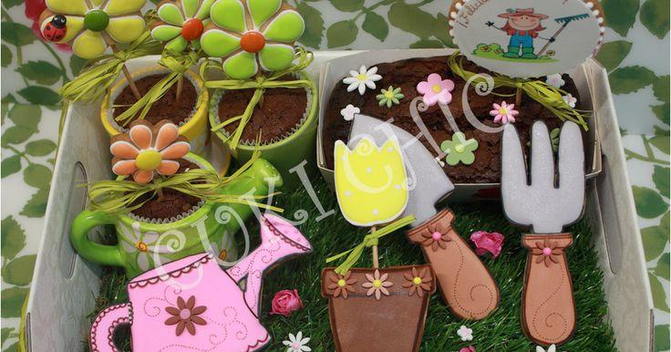 """Galletas decoradas:  Flores, maceta, útiles de jardineríaypiruleta """"Felicitación""""  Brownie de chocolate con leche:  Base de las macetas..."""