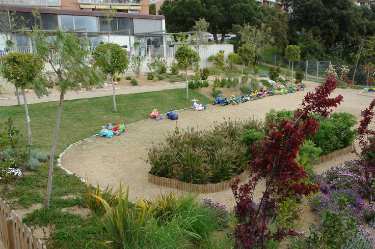 [ca] També dissenyem jardins escolars perquè els nens valorin els valors de la natura des de ben petits.   [es] También diseñamos jardines escolares para que los niños aprendan los valores naturales desde pequeños.