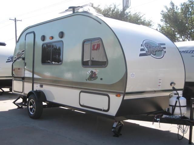 """2016 New Forest River R-POD RPT180 Travel Trailer in Texas TX.Recreational Vehicle, rv, 2016 Forest River R-POD RPT180 WONDERFUL FLOORPLAN! FRONT BEDROOM WITH A REAR KITCHEN! INTERIOR LUXURY PACKAGE: JENSEN """"BLUETOOTH"""" AM/FM/CD/DVD STEREO W/REMOTE CONTROL, TWO INTERIOR SPEAKERS, PLEATED NIGHT SHADES, SHAKER STYLE CABINET DOORS W/RESIDENTIAL HIDDEN HINGES, 6 GALLON DSI HOT WATER HEATER, 2 BURNER COOKTOP, 3 SPEED FANTASTIC FAN, 4.2CU FT 3 WAY REFRIGERATOR, CARGO NETTING W/DETACHABLE ORGANIZER…"""