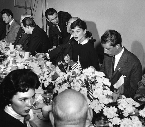En un almuerzo al lado de Donald O'Connor, Marlon Brando, Frank Sinatra, Cecil B. DeMille e Barbara Rush para recepcionar o Príncipe Albert da Bélgica em sua visita a Hollywood, 1955