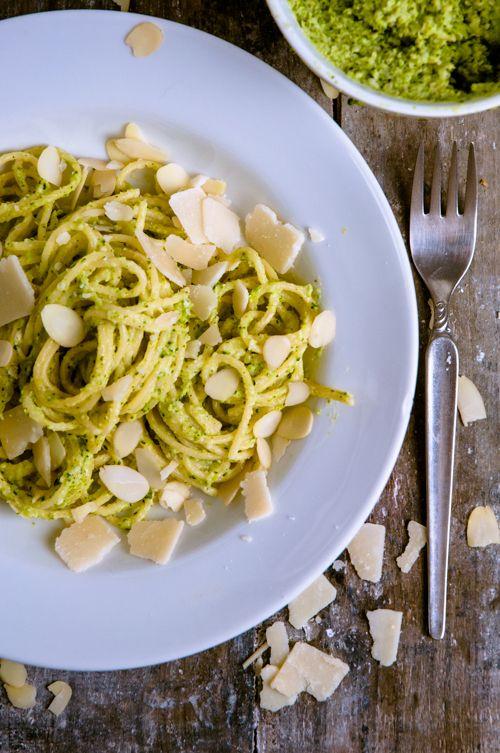 glutenfreie Pasta mit Broccoli-Mandel-Pesto