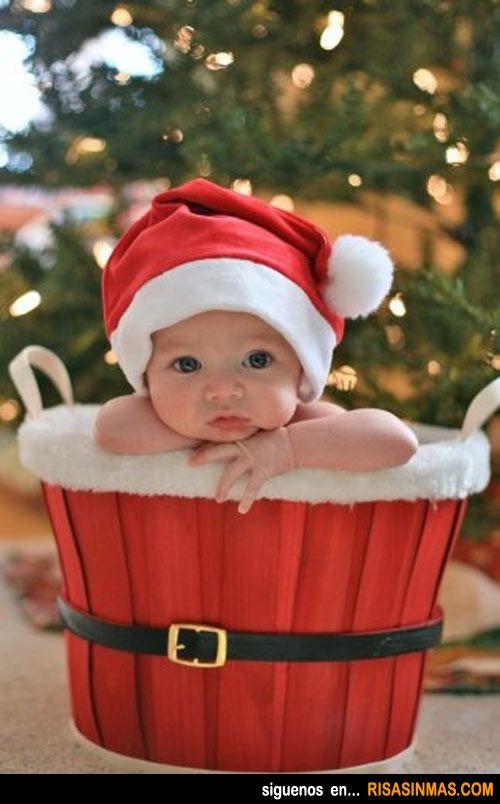 Bebé disfrazado de magdalena navideña.