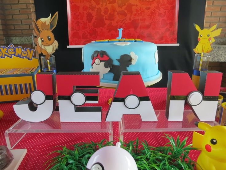 Mesa do Bolo festa pokemon com banner      Mesa do bolo pokemon by art in sugar     Letras 3D pokebola     Detalhes da mesa com impressos,...