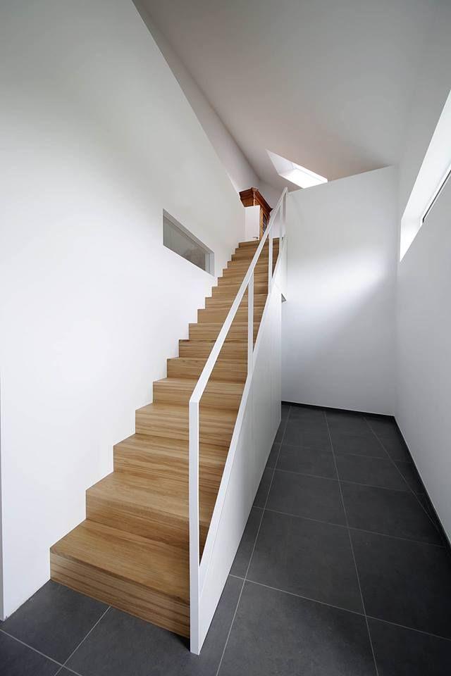 Sur une idée de Karl Van Wymeersh. Escalier structure bois, marches en chêne lamellé collé à lames continues, cloison MDF prépeint blanc. Mobilier sous l'escalier, Garde-corps en acier laqué blanc. Réalisation Yves Deneyer métal et bois