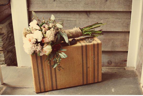 Shabby Chic vintage suitcasesShabby Chic Decor, Shabby Chic Wedding, Vintage Shabby Chic, Vintage Suitcases, Wedding Bouquets, Wedding Ideas, Flower Bouquets, Ana Rosa, Burlap Wedding