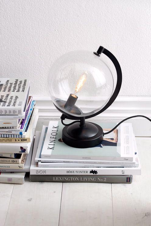 Bordslampa av glas och metall. Höjd 31 cm. Djup 22 cm. Kupans diameter 20 cm. Fotens diameter 13 cm. Liten sockel. Max 40W. Ljuskälla ingår ej. <br><br>