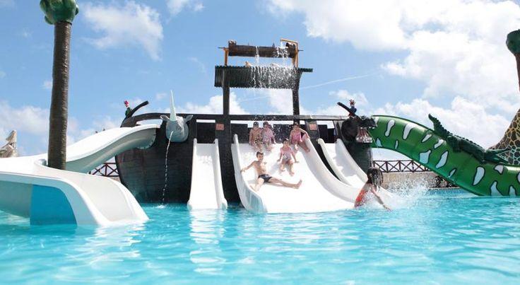 El Hotel Royal Solaris Cancun All Inclusive de 4 estrellas y familiar es un complejo que se encuentra situado frente al mar, a menos de 15 minutos en coche del aeropuerto internacional de Cancún y además el hotel ofrece servicio de masajes y animación nocturna.