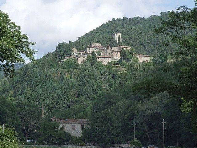 Est ce un mirage ?... Une ruine médiévale en Toscane, province qui est pour moi le symbole de la Renaissance !.. Je me frotte les yeux. Dans le petit village de Barbischio, un château fort du 10ème siècle m'attend.