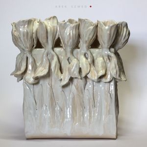 Krokusy w bieli, ceramiczne naczynie. Ceramika Arek Szwed