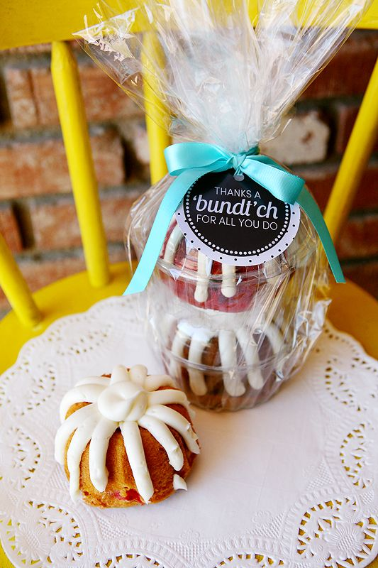"""Free printable """"thanks a bundt'ch"""" card for mini bundt cakes for teacher and coach gifts. We can't resist a good pun. 