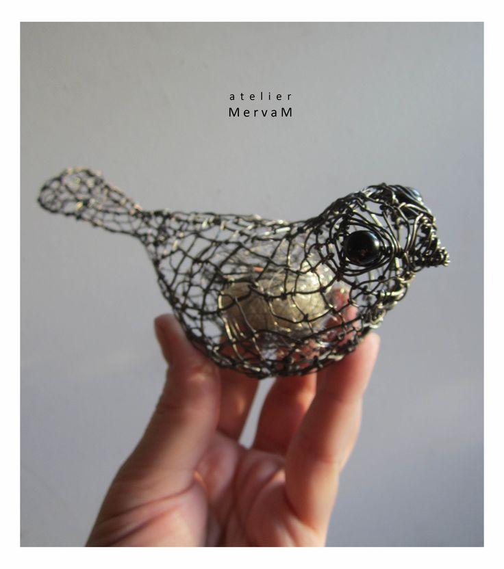 Okatý+ptáček+s+chumláčkem+v+bříšku+Ptáček-+dekorace.+Drobná+plastika+ze+železného+drátu.+Ptáček+má+v+bříšku+oblázek+zamotaný+v+chu…
