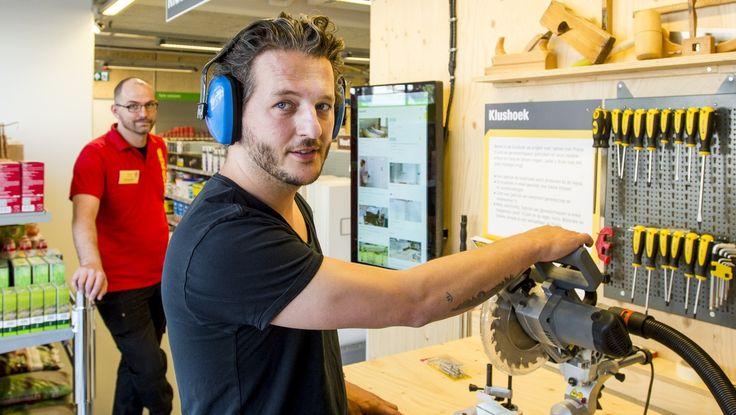 Media Markt opent volgend jaar in Nederland kleinere zaken 'om de hoek'. Ook concerns als Praxis, Gamma en IKEA lonken naar filialen in de stad. Grote blokkendozen op bedrijventerreinen maken plaats voor buurtwinkels. Dichtbij de klant.