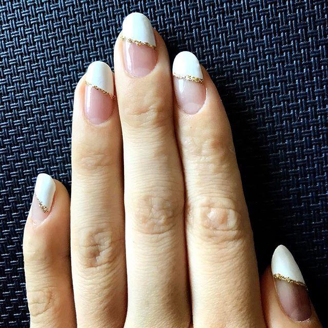 すぐとるかもしれないからシンプルに💅  初めてビルダージェル使って 折れた爪の長さ出しした🤗❣️ #斜めフレンチネイル #フレンチネイル #白フレンチ #白フレンチネイル #ゴールドラメライン #ビルダージェル #セルフネイル #ネイル #nail #nailstagram