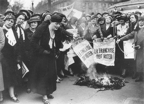 France, ette photographie nous montre la volonté des femmes aristocrates de devenir des actrices de la République (Louise Weiss est au premier plan).