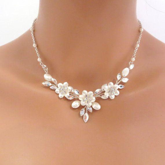 Charmante en prachtige, deze zilveren vergulde ketting en earring set is voorzien een regeling van de berijpte Swarovski kristallen, steentjes en witte faux parels in een bloemmotief. Perfect voor uw bruiloft, de ingestelde coördinaten prachtig met uw wit of ivoor trouwjurk. De ketting is voorzien van een kreeft-klauw gesp.  (Ketting) 14-1/2 (Extender) 2 (Oorbellen) 1  MATCHING HAIR KAM: https://www.etsy.com/listing/255949370/simple-bridal-hair-comb-crystal-weddi...